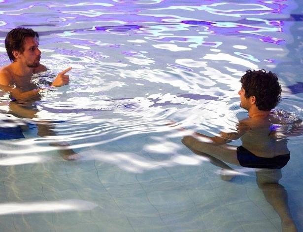 04.abr.2013- Paulo André conversa com Pato  durante atividade dos jogadores do Corinthians na piscina