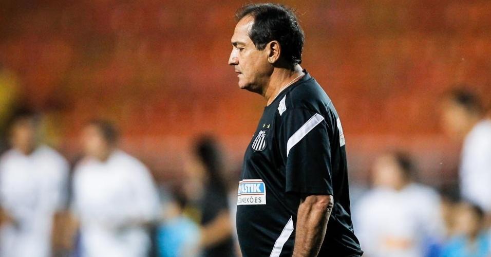 04.abr.2013- Técnico Muricy Ramalho entra em campo no Pacaembu para liderar o Santos na partida contra o São Caetano