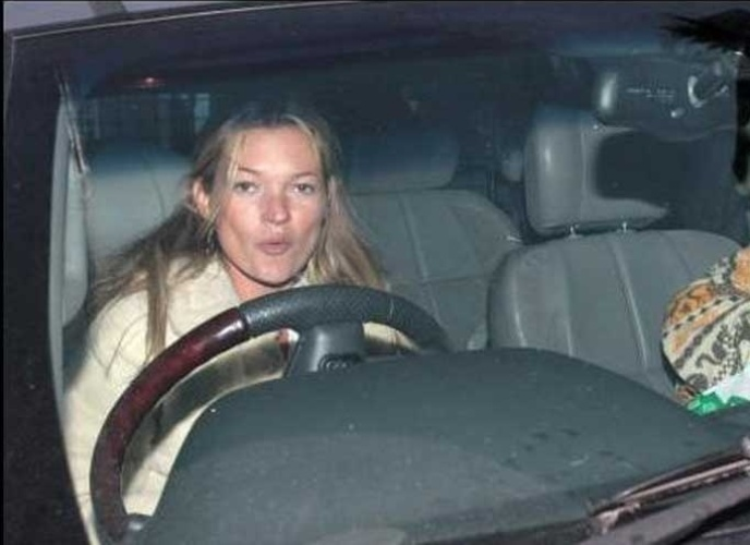 13.mar.2007: Kate Moss ameaa os paparazzi com seu carro e os chama de 