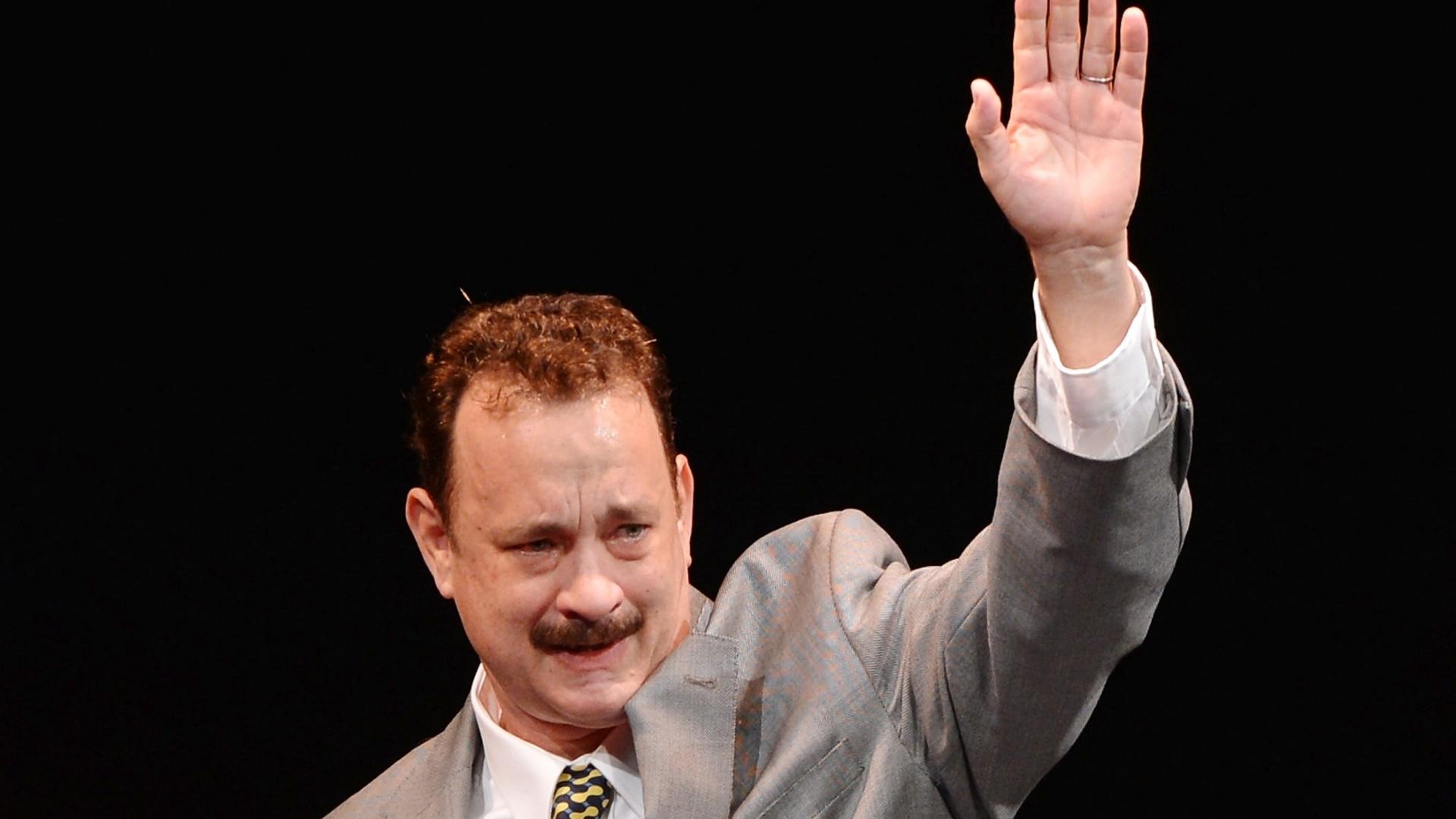 1º.abr.2013 - O ator Tom Hanks acena para a plateia na noite de abertura da peça da Broadway