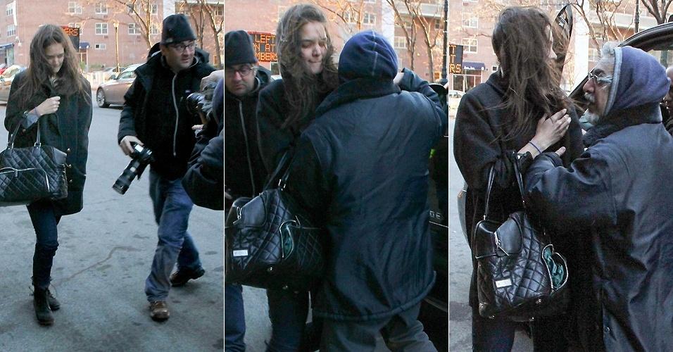 3.abril.2013 - A atriz Katie Holmes empurra um paparazzo em rua de Nova York