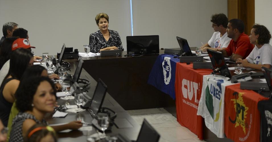 4.abr.2013 - A presidente Dilma Rousseff (no centro) se reúne com o presidente da UNE (União Nacional dos Estudantes), Daniel Iliescu, e entidades representantes da 1ª Jornada de Lutas da Juventude Brasileira, nesta quinta-feira (4), em Brasília. No encontro, as entidades pediram a Dilma que prorrogasse o prazo de funcionamento da Comissão da Verdade, que deve encerrar em maio do próximo ano a apuração de violações de direitos humanos ocorridas entre 1946 e 1988