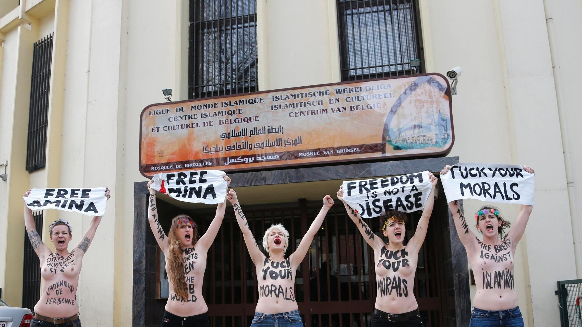 4.abr.2013 - Ativistas do Femen gritam slogans durante manifestação em frente a mesquita em Bruxelas, na Bélgica, nesta quinta-feira (4). O Femen convocou uma