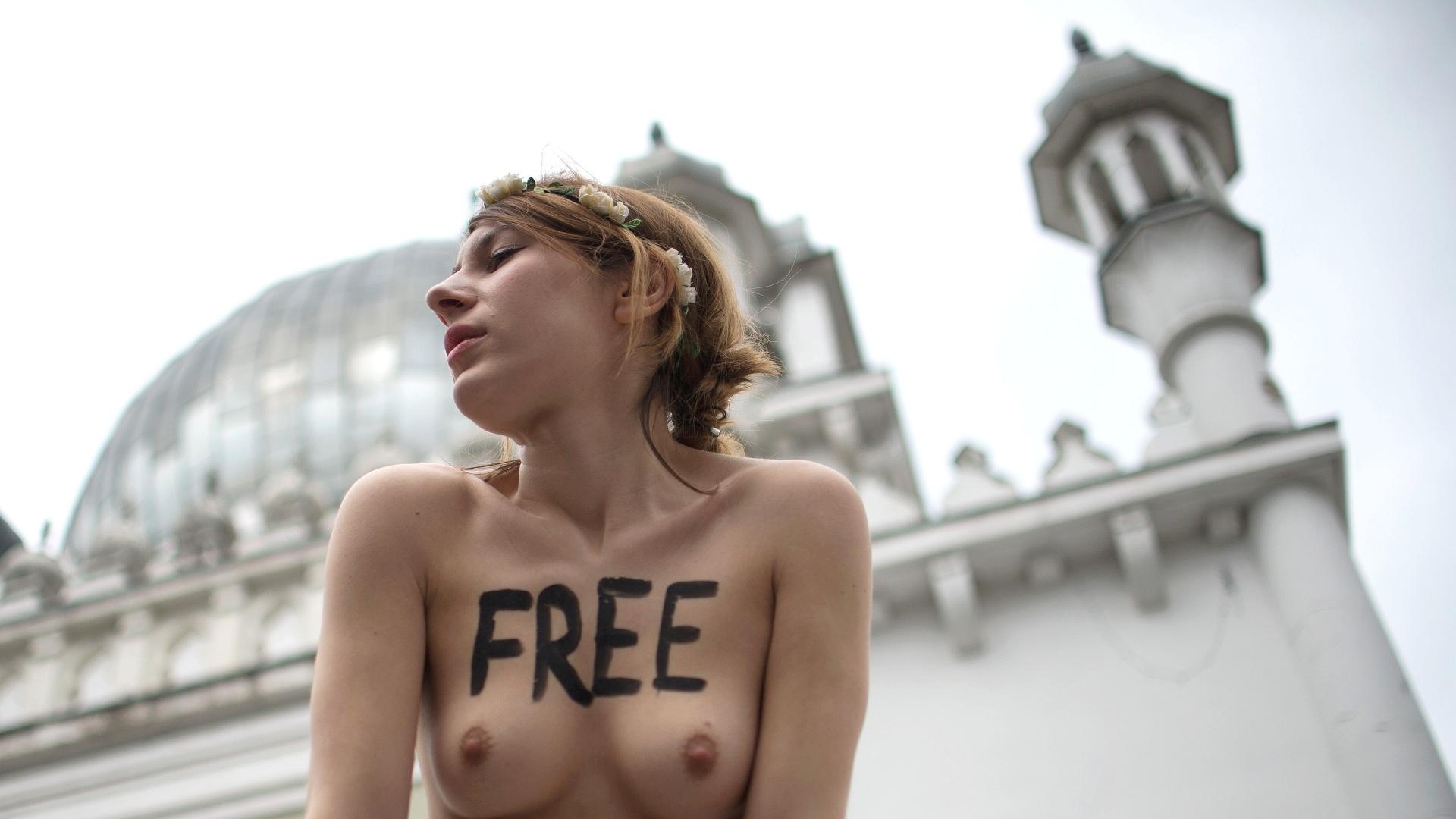 4.abr.2013 - Ativistas do Femen protestaram em frente a mesquita Ahmadiyya, a mais antiga mesquita de Berlim, nesta quinta-feira (4). O Femen convocou uma