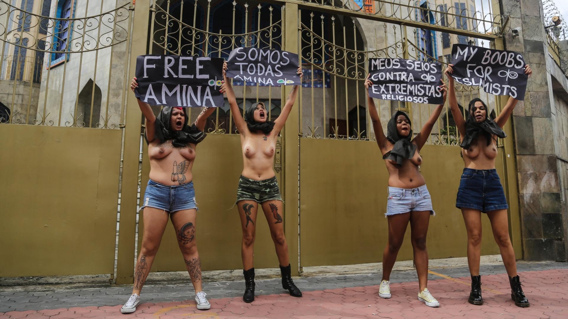 4.abr.2013 - Ativistas do grupo Femen Brasil protestam em frente à mesquita do Brás, templo islâmico xiita localizado no centro de São Paulo, nesta quinta-feira (4). O ato foi realizado em defesa da tunisiana Amina Tyler. Ela causou polêmica na Tunísia após divulgar na internet fotos em que exibia os seios e o corpo pintados com frases pedindo liberdade para as mulheres islâmicas