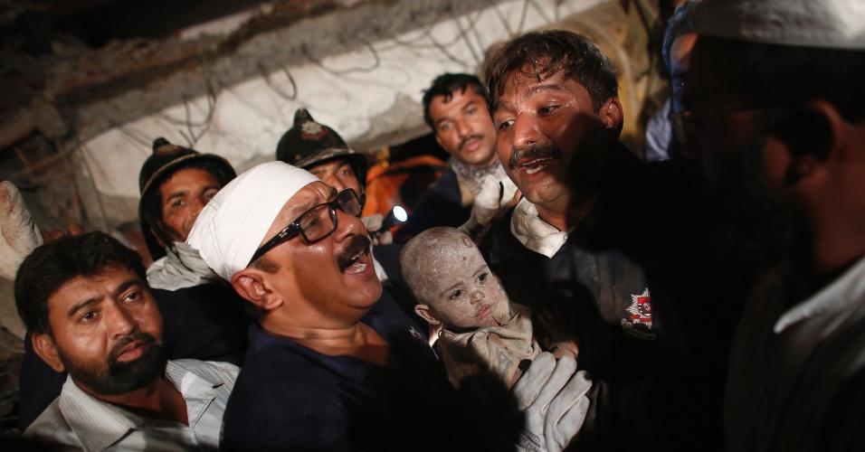 4.abr.2013 - Criança é resgatada dos escombros de um prédio residencial em construção que desabou nesta quinta-feira (4), em Thane, cidade próxima a Mumbai, na Índia. Pelo menos nove pessoas morreram e outras 40 ficaram feridas