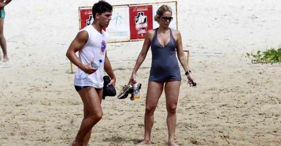 4.abr.2013 - Danielle Winits e o namorado Amaury Nunes aproveitam a manhã de sol na praia da Barra da Tijuca