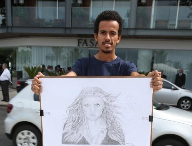 4.abr.2013 - Fã de Fergie mostra retrato em homenagem à cantora no hotel em que ela está hospedada no Rio de Janeiro