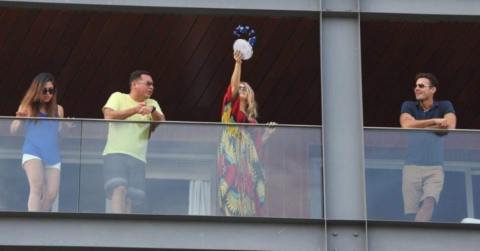 4.abr.2013 - Fergie joga bombons de chocolate para seus fãs no hotel Fasano, no Rio de Janeiro. A cantor está na capital carioca a convite da grife Hugo Boss