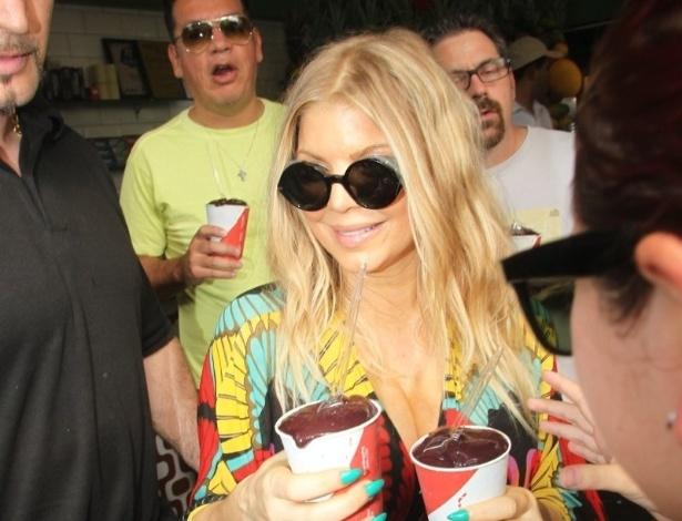 4.abr.2013 - Fergie passeou pela praia de Ipanema, zona sul do Rio. Grávida, a cantora tomou açaí em um quiosque