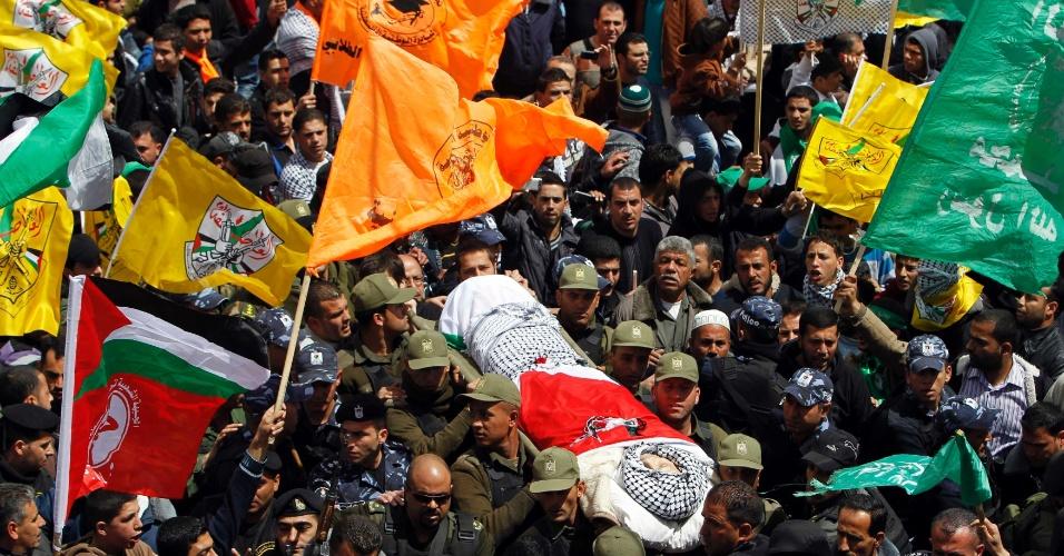 4.abr.2013 - Milhares de pessoas compareceram aos funerais de um preso falecido em Israel e de dois jovens mortos por disparos do exército israelense nesta quinta-feira (4), em Hebron, na Cisjordânia