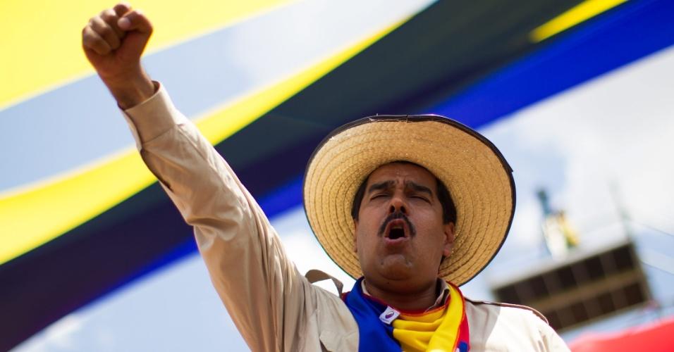2.abr.2013 - Nicolás Maduro recebeu o apoio de Hugo Chávez antes da morte do líder venezuelano. Ele cumprimentou eleitores nesta terça*feira (2) na cidade de Barinas, no oeste venezuelano