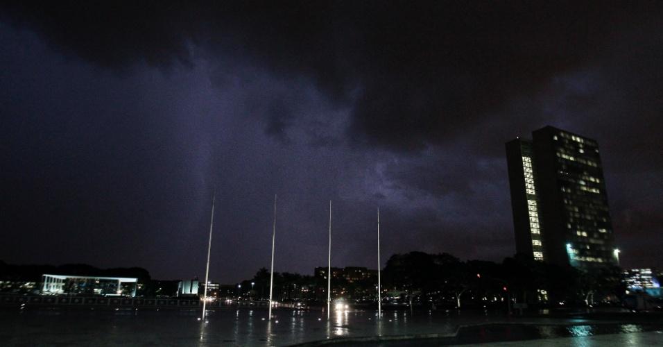 4.abr.2013 - Nuvens de chuva no céu de Brasília, sobre a Praça dos Três Poderes, no final da tarde desta quinta-feira (4)