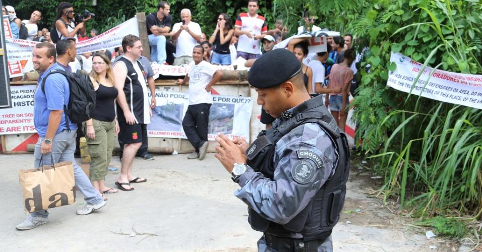 4.abr.2013 - O Batalhão de Choque da Polícia Militar do Rio de Janeiro, assim como Oficiais de Justiça e a Polícia Federal, foram acionados para cumprir a ordem judicial que determinou o despejo de quatro famílias de uma área pertencente ao Jardim Botânico, na zona sul do Rio de Janeiro