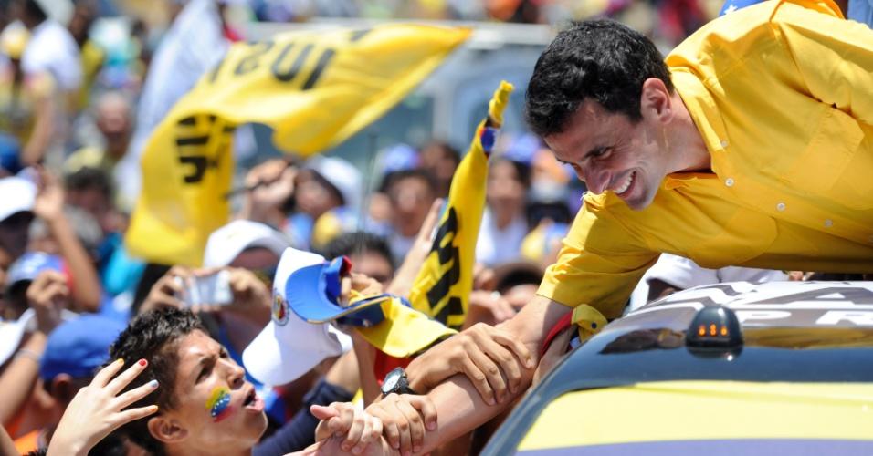 4.abr.2013 - O candidato da oposição às eleições de 14 de abril na Venezuela, Henrique Capriles, cumprimenta eleitores durante campanha em Porlamar, no Estado de Nueva Esparta, nesta quinta-feira (4). A oposição venezuelana questionou a segurança do processo eleitoral, ao denunciar que uma das senhas de acesso para iniciar as urnas eletrônicas teria caído nas mãos de um técnico do PSUV (Partido Socialista Unido de Venezuela), do candidato governista