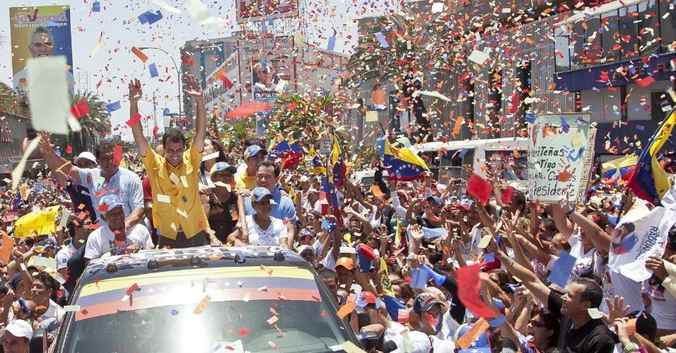4.abr.2013 - O candidato da oposição às eleições de 14 de abril na Venezuela, Henrique Capriles, faz campanha em Porlamar, no Estado de Nueva Esparta, nesta quinta-feira (4). A oposição venezuelana questionou a segurança do processo eleitoral, ao denunciar que uma das senhas de acesso para iniciar as urnas eletrônicas teria caído nas mãos de um técnico do PSUV (Partido Socialista Unido de Venezuela), do candidato governista