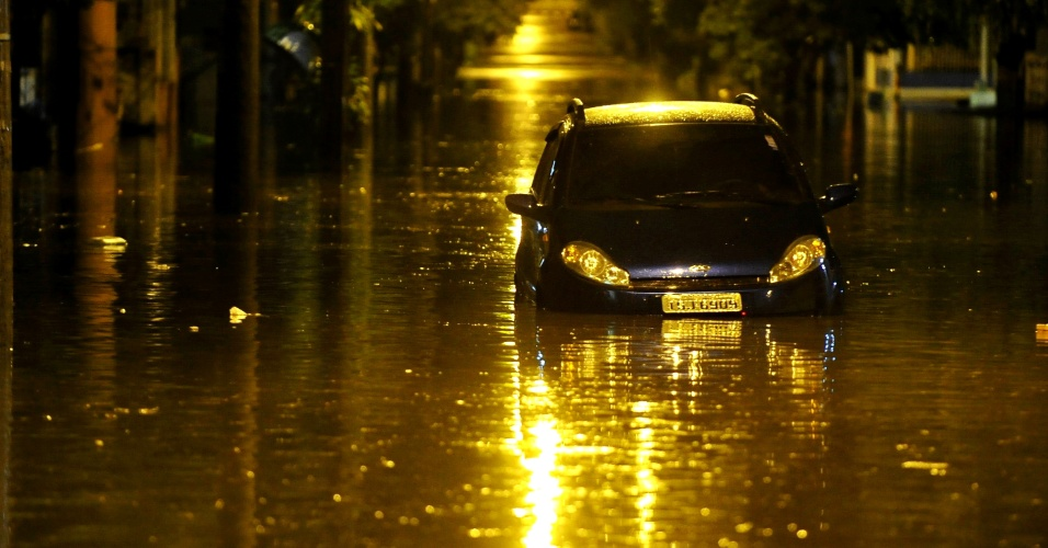 4.abr.2013 - O dia começou com temporal em Porto Alegre, nesta quinta-feira (4). Desde as 3h da madrugada, choveu 49 milímetros na cidade, o equivalente a 55% do esperado para todo o mês. O temporal provocou alagamentos em diversos pontos da capital gaúcha e deixou moradores sem luz