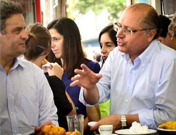 4.abr.2013 - O governador de São Paulo, Geraldo Alckmin (à dir.), postou em sua conta na rede social Instagram, nesta quinta-feira (4), imagem de seu encontro com o senador Aécio Neves (PSDB-MG) após o evento que reuniu prefeitos e políticos das cidades paulistas, em Santos (SP)