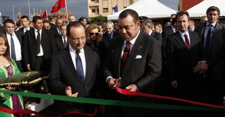 4.abr.2013 - O rei do Marrocos, Mohammed 6º (à direita), e o presidente da França, François Hollande, cortam fita durante abertura de estação de tratamento em Mediouna, na periferia de Casablanca. Hollande faz visita de dois dias ao país