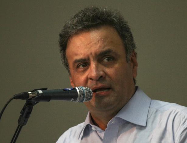"""4.abr.2013 - O senador Aécio Neves (PSDB-MG) participa da 57º Congresso Paulista de Municípios, em Santos (SP), nesta quinta-feira (4). Aécio afirmou que os altos índices de popularidade do governo e da presidente Dilma Rousseff (PT) não reduzirão os esforços da oposição em mostrar os """"abusos"""" e """"o uso da máquina pública para efeitos eleitorais"""". Também no evento, Aécio se referiu ao golpe militar de 1964 como """"revolução de 64"""""""