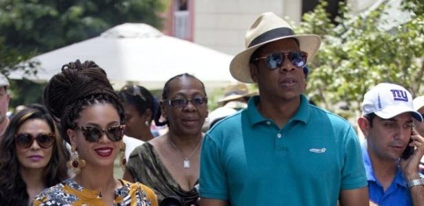 4.abr.2013 - Os cantores Beyoncé e Jay Z andam de mãos dadas por Havana, capital cubana.