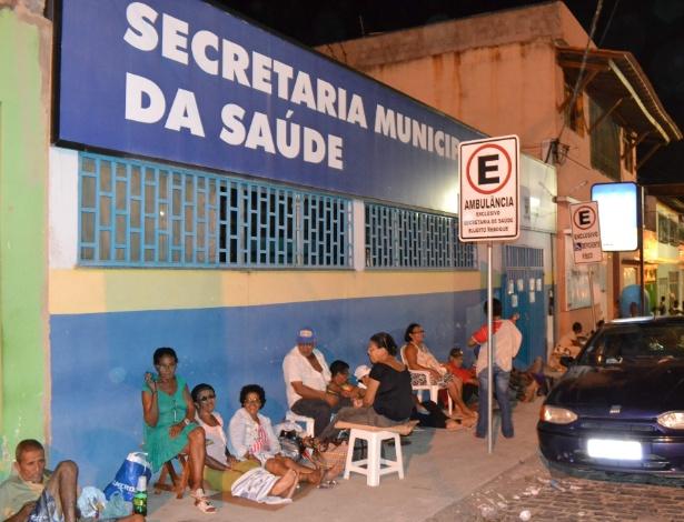 4.abr.2013 - Pessoas dormem na fila de posto de saúde da cidade de Itabuna, na Bahia, na madrugada desta quinta-feira (4). Os moradores precisam chegar cedo ao local para conseguir ficha para receber atendimento