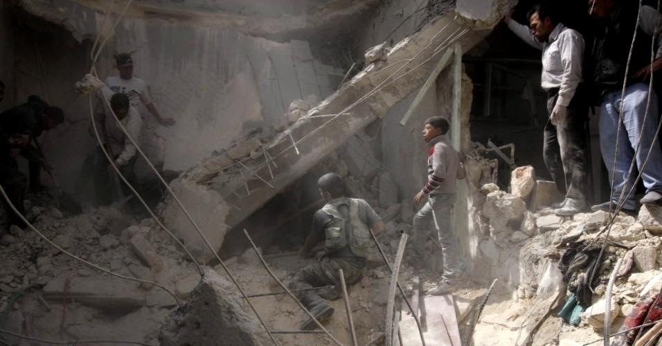 4.abr.2013 - Pessoas procuram vítimas sob escombros de prédio atingido pelo que ativistas dizem ter sido um ataque aéreo em al-Myassar, bairro de Aleppo (Síria)