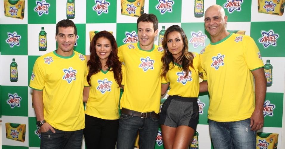 4.abr.2013 - Thiago Martins, Paloma Bernardi, Rodrigo Faro, Sabrina Sato e Marcos participam de evento de marca de sabão em pó