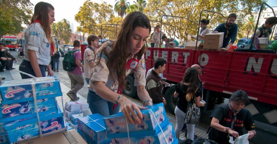 """4.abr.2013 - Voluntários trabalham na recepção de donativos em frente à Catedral Metropolitana de Buenos Aires, nesta quinta-feira (4). As doações serão encaminhadas para as vítimas das enchentes que atingiram Buenos Aires e La Plata durante a semana. A tempestade foi classificada pelas autoridades como """"a pior"""" da história do país. Mil e trezentas pessoas continuam afastadas de seus lares e 350 mil estão sem energia elétrica. Já foram registradas 55 mortes por causa das chuvas"""
