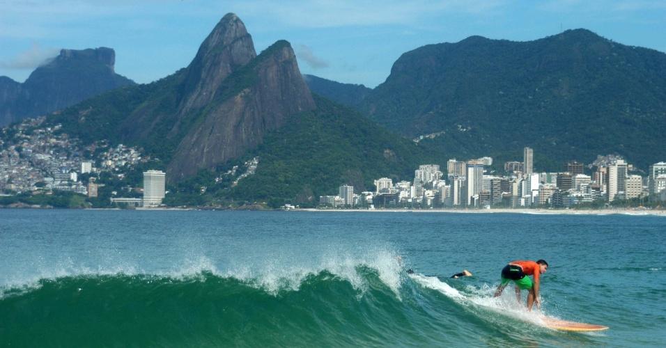 4.abr.2013 -Banhista surfa na praia de Copacabana, no Rio de Janeiro, nesta quinta-feira (4)