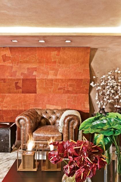 """A volumetria geométrica do revestimento na parede se destaca no ambiente """"Family Room de Campo"""", projetado pela arquiteta Denise Barretto para a 4ª Mostra Artefacto Beach & Country, em São Paulo"""