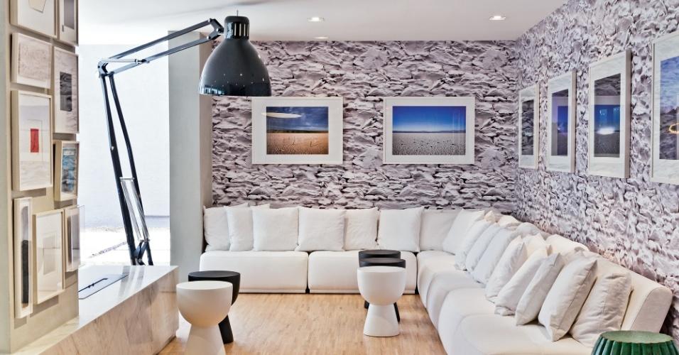 Para quebrar o monocromatismo alvo que predominava no ambiente, a arquiteta Fernanda Marques optou por um papel de parede texturizado nas cores preto e branco. O projeto do espaço