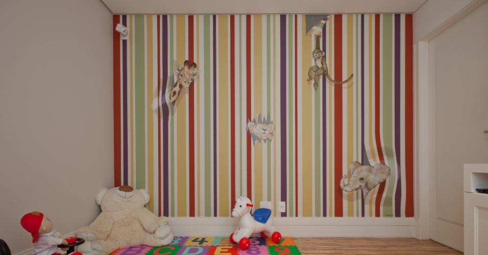 Para o apartamento de um casal com dois filhos pequenos, o arquiteto Leonardo Junqueira transformou  a saleta íntima em uma brinquedoteca. A convite do profissional, a artista plástica Ju Brandão desenvolveu o desenho lúdico da pintura feita direto na parede