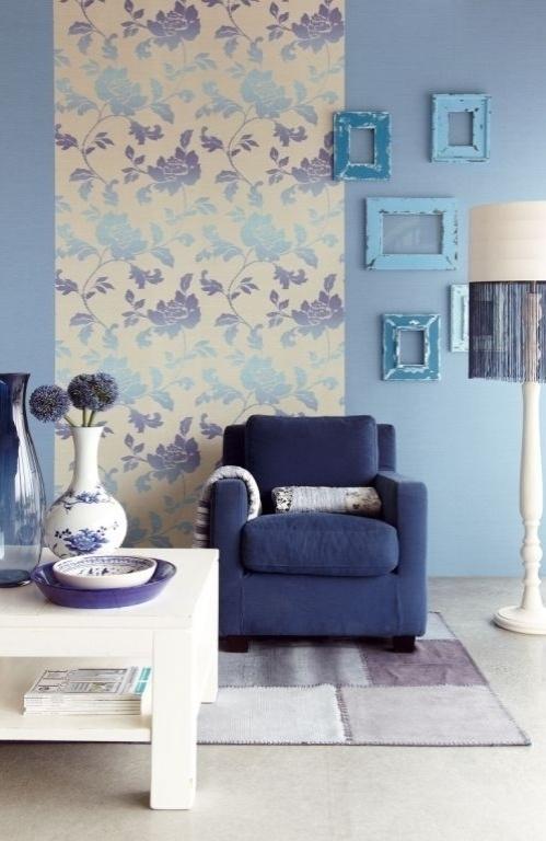 No ambiente decorado em tonalidades do azul, o papel de parede estampado da marca Eijffinger, comercializado pela Orlean, divide o espaço com uma composição de molduras vazias