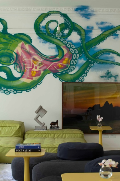 Para o projeto de seu apartamento no Rio de Janeiro, o arquiteto David Bastos pediu ao grafiteiro Binho Ribeiro que elaborasse uma obra que tomasse conta do ambiente. O resultado foi um polvo multicolorido com quase dois metros de altura e quatro de comprimento