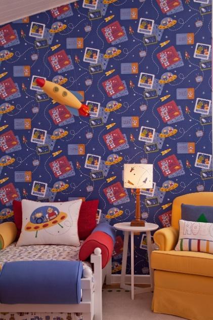 Para o quarto do menino, a designer Vanessa Guimarães usou o papel de parede Robô para criar uma atmosfera divertida, com referências ao espaço. O revestimento faz parte Coleção Infantário (marca Bobinex), assinada pela profissional