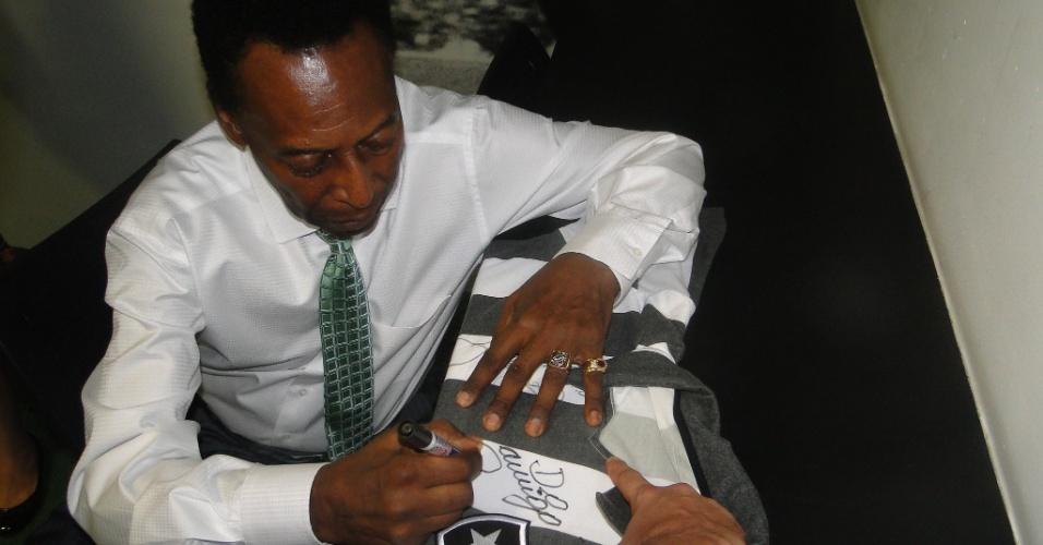 Pelé autografa camisa do Botafogo durante visita a General Severiano