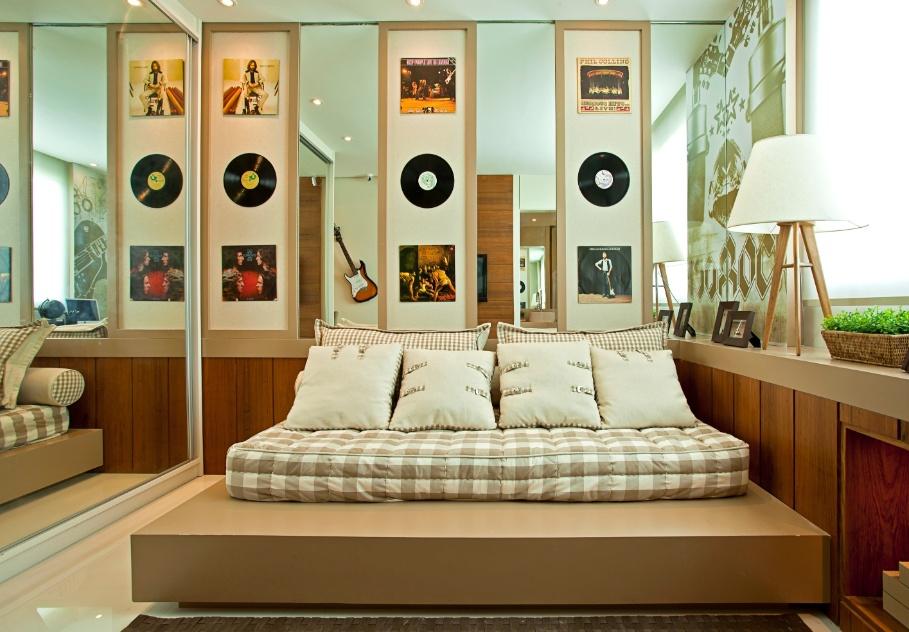 Uma das paredes do quarto de um menino de 14 anos, apaixonado por música, foi decorado pela arquiteta Maithiá Guedes com discos e capas de LPs. O uso de espelhos dá uma sensação de amplitude ao ambiente de 10 m²