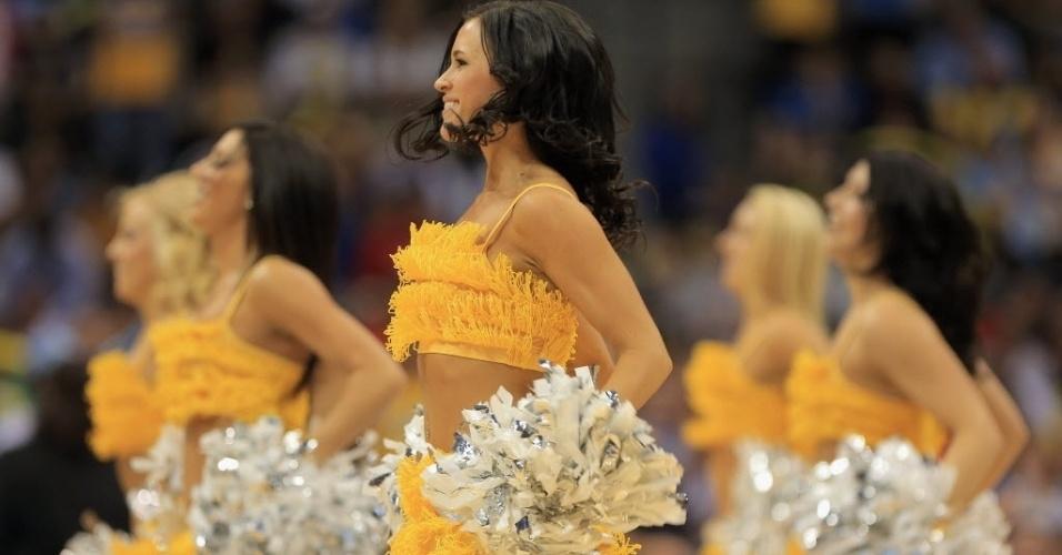 04.abr.2013 - Bela morena dançarina do Denver Nuggets dá espetáculo durante show na partida da equipe contra o Dallas Mavericks