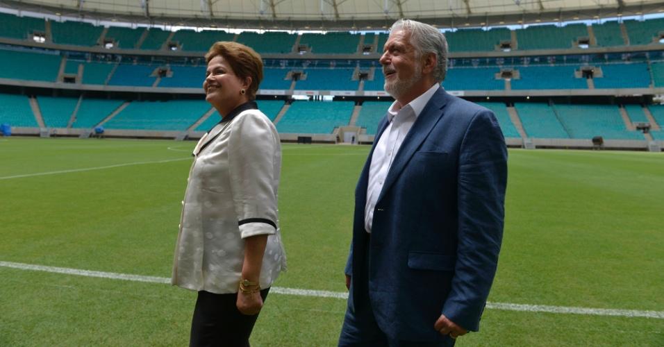 05.abr.2013 - A presidente Dilma Rousseff observa as arquibancadas da Arena Fonte Nova ao lado do governado da Bahia, Jaques Wagner, na inauguração do estádio nesta sexta-feira