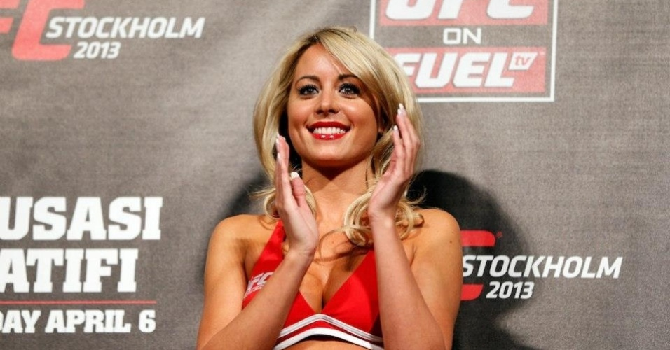 05.abr.2013 - Britnica Carly Baker, primeira ring girl europeia do UFC, aplaude lutadores na pesagem em Estocolmo, Sucia