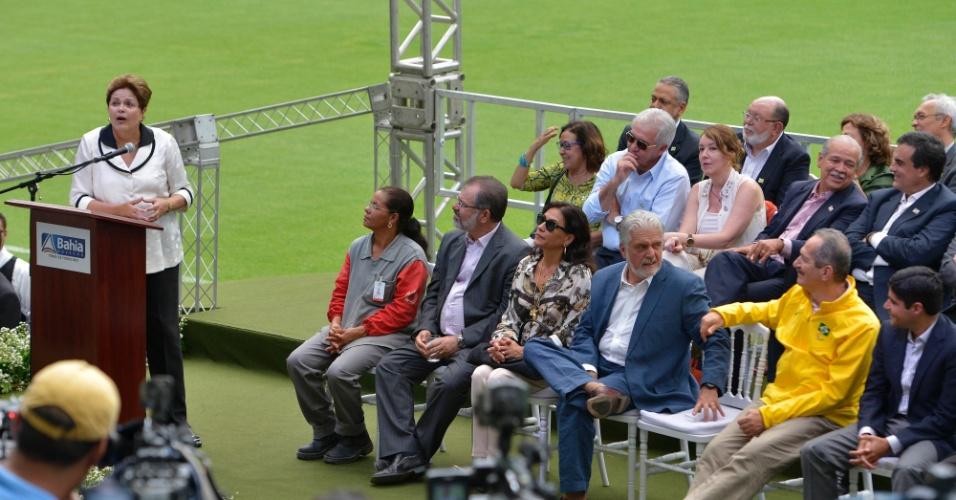05.abr.2013 - Dilma Rousseff discursa durante a inauguração da Arena Fonte Nova acompanhada de políticos e autoridades