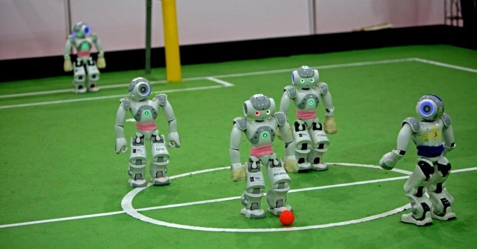 05.abr.2013 - Equipe de robôs montado por uma universidade iraniana disputa jogo de futebol contra time da Grécia durante o Mundial de futebol de robôs, no Irã