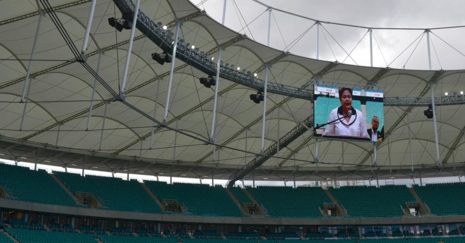 05.abr.2013 - Imagem de Dilma Rousseff discursando é gerada no telão da nova Arena Fonte Nova