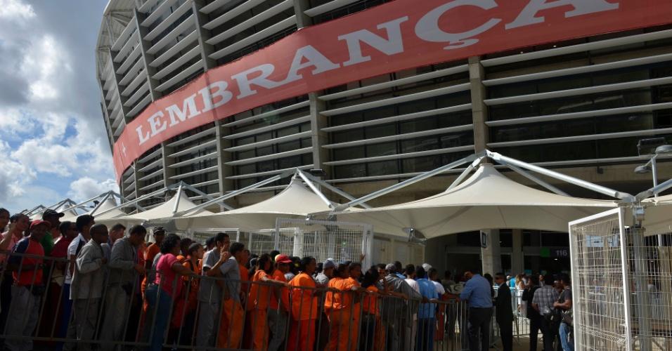 05.abr.2013 - Pessoas chegam à Arena Fonte Nova para acompanhar a inauguração do estádio em Salvador; a presidente Dilma Rousseff estará presente
