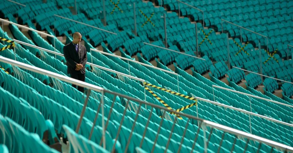 05.abr.2013 - Segurança caminha pelas arquibancadas da Arena Fonte Nova, que será inaugurada nesta sexta-feira