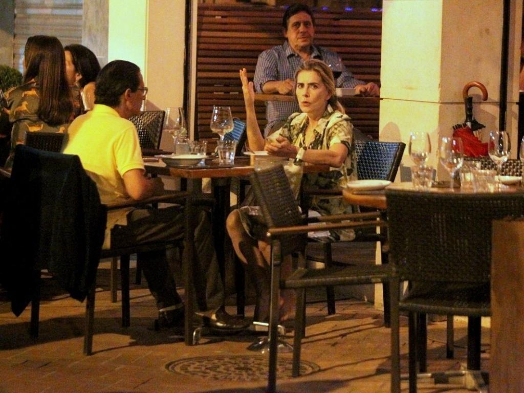 4.abr.2013 - A atriz Maitê Proença janta com amigo em restaurante no Leblon, Rio de Janeiro