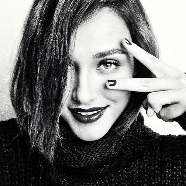 5.abr.2013 - Débora Nascimento aparece com cabelos curtos e lisos em foto divulgada em suas redes sociais. A atriz está no ar atualmente na novela