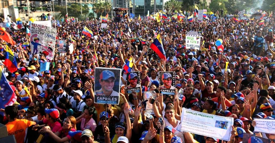 5.abr.2013 - Eleitores de Henrique Capriles participam de um evento de campanha em Porto Ordaz, no nordeste da Venezuela. O oposicionista, assim como seu adversário na eleições do próximo dia 14, o presidente interino Nicolás Maduro, buscaram o apoio de artistas do país nesta sexta-feira (5)