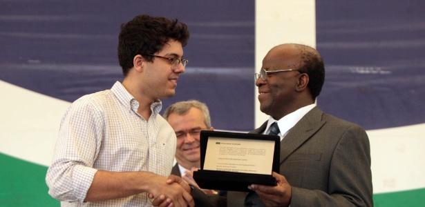 Joaquim Barbosa é homenageado após proferir uma aula magna para os novos estudantes da Universidade de Brasília